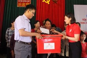Hội Chữ thập đỏ tặng quà cứu trợ bà con vùng lũ Hà Tĩnh