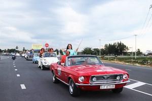 Hoa hậu Trần Tiểu Vy cùng dàn xe cổ diễu hành phố cổ Hội An