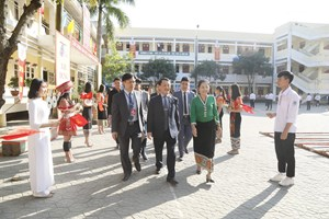 BẢN TIN MẶT TRẬN: Phó Chủ tịch - Tổng Thư ký Hầu A Lềnh trao quà cho học sinh dân tộc nội trú tại Nghệ An