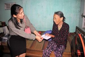 Quảng Nam: Mang nhu yếu phẩm đến tận nhà người khó khăn không đi lĩnh gạo được