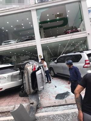 Hà Nội: Xe Vios 'phi' từ tầng 2 showroom xuống đất, đè trúng 1 ô tô khác