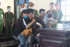 Hà Tĩnh: Nhận án tử hình, 2 bị cáo ôm gia đình khóc nức nở