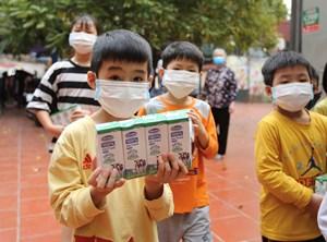 Quỹ sữa Vươn cao Việt Nam và Vinamilk hướng đến đối tượng trẻ em khó khăn trong đại dịch Covid-19
