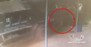 [VIDEO] Xe tải lao lên vệ đường, người đàn ông thoát nạn trong tích tắc