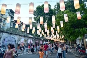 [VIDEO] Đèn lồng rực rỡ khắp phố bích họa Phùng Hưng