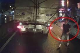 [VIDEO] Xin vượt bất thành, tài xế xe cứu thương vác dao xuống 'nói chuyện' với lái xe tải