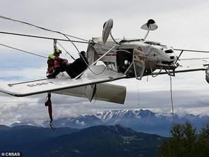 Máy bay Italy treo lộn ngược lơ lửng trên cáp treo