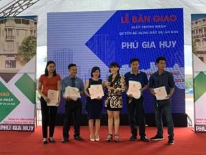 Phú Hồng Thịnh bàn giao 329 giấy chứng nhận quyền sử dụng đất cho khách hàng