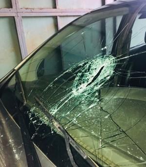 Người đàn ông nghi bị tâm thần cầm dao đập phá cây ATM, cướp tiệm vàng