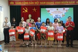2.220 phần quà giúp học sinh nghèo tới trường