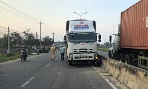 Quảng Nam: Xe tải va chạm xe máy 'kẹp 3', ba người bị thương nặng