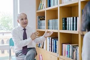 Nhà văn Ngô Tự Lập được trao tặng danh hiệu Hiệp sĩ Văn học và Nghệ thuật