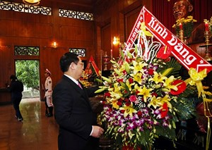 Phó Thủ tướng Vương Đình Huệ dâng hương Chủ tịch Hồ Chí Minh tại Nghệ An