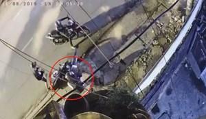 Hai thanh niên uy hiếp cô gái cướp tài sản trong đêm ở Sài Gòn