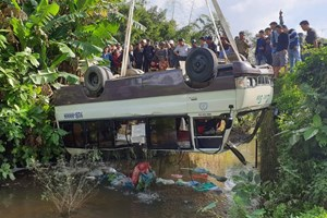 Quảng Nam: Xe khách lao thẳng xuống sông, 5 người thoát chết