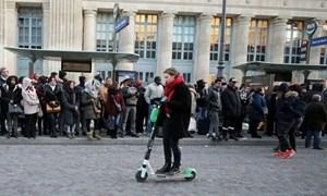 Dân Paris đi làm bằng scooter