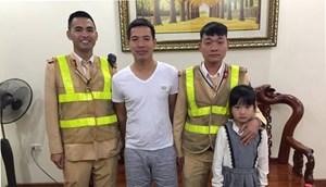 CSGT Hà Nội đưa bé gái 7 tuổi bị lạc về với gia đình