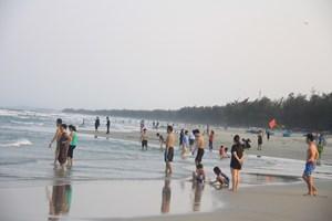 Quảng Ngãi: Cấm tụ tập đông người tắm biển đến hết ngày 15/4