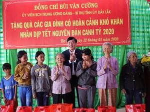 Tặng quà chúc Tết người nghèo, tri ân các gia đình có công với cách mạng