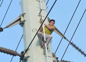 Thanh niên nghi ngáo đá 'cố thủ' trên cột điện cao thế