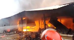 Bình Định: Chợ Mộc Bài cháy ngùn ngụt, tài sản hàng trăm tiểu thương chìm trong biển lửa