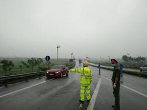Khắc phục thời tiết khó khăn kiểm tra thân nhiệt trên các tuyến quốc lộ