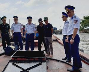 Quảng Nam: Tạm giữ tàu vận chuyển dầu bẩn không rõ nguồn gốc