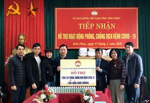 BẢN TIN MẶT TRẬN: Mặt trận Hà Nội hỗ trợ tỉnh Vĩnh Phúc 100 triệu đồng và đồ dùng phòng dịch