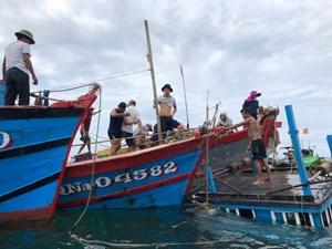 Quảng Nam: Một tàu cá ngư dân bị chìm khi đang neo đậu