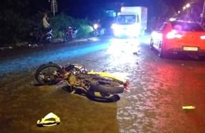 Hai xe máy đấu đầu giữa đêm, 4 người thương vong