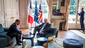 Hành động khiến Thủ tướng Anh hứng chỉ trích khi gặp Tổng thống Pháp