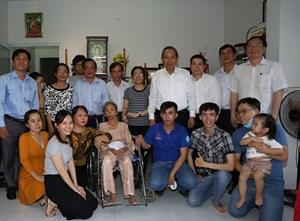 Phó Thủ tướng Thường trực Trương Hòa Bình thăm gia đình liệt sĩ Nguyễn Tấn Thành