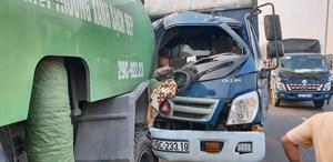 Tông sau ô tô môi trường trên cao tốc, tài xế xe tải nhập viện cấp cứu
