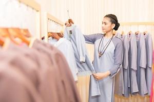 Á hậu Trương Thị May bất ngờ mặc áo phật tử, thả chim phóng sinh