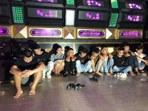 Bắt quả tang 10 thanh niên tổ chức sinh nhật bằng ma túy tại quán karaoke