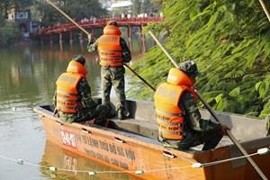 Cận cảnh việc rà phá bom mìn trước khi nạo vét Hồ Gươm