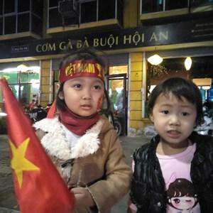 [ẢNH] Người dân đổ ra đường chúc mừng đội tuyển Việt Nam chiến thắng