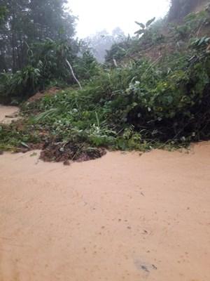 Quảng Nam, Quảng Ngãi: Mưa lớn gây sạt lở chia cắt một số tuyến đường