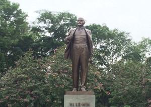 Đoàn đại biểu Đảng, Nhà nước dâng hoa tại tượng đài V.I. Lenin
