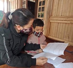 Giáo viên ở miền sơn cước dạy chữ thời SARS-CoV-2