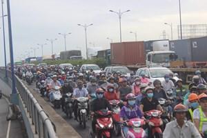 TP Hồ Chí Minh: Kẹt xe nặng nề bủa vây các cửa ngõ