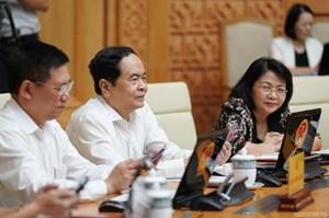 CHÙM ẢNH: Các thành viên dự họp Chính phủ nhắn tin ủng hộ người nghèo