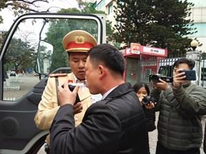 Người phụ nữ đề nghị Cảnh sát lau hộ son khi thổi nồng độ cồn