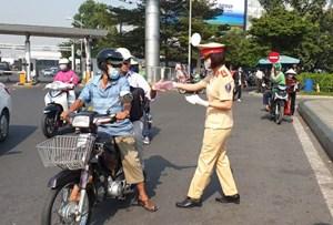 Nữ cảnh sát giao thông phát hàng ngàn khẩu trang miễn phí ở sân bay