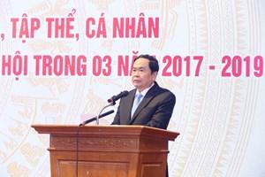 BẢN TIN MẶT TRẬN: Chủ tịch Trần Thanh Mẫn dự chương trình gặp mặt biểu dương các doanh nghiệp, tập thể, cá nhân vận động, ủng hộ Quỹ 'Vì người nghèo' và an sinh xã hội từ năm 2017 - 2019