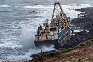 Ireland: Bão lớn đẩy 'tàu ma' vào bờ biển