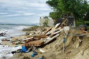 Quảng Ngãi: Triều cường đánh sập nhiều nhà dân