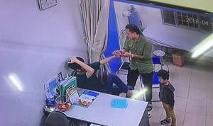 Bác sĩ BV Xanh Pôn bị người nhà bệnh nhi đấm liên tiếp vào mặt