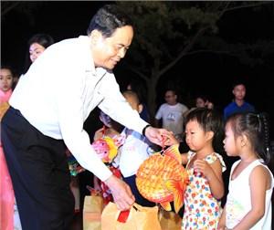 BẢN TIN MẶT TRẬN: Chủ tịch UBTƯ MTTQ Việt Nam Trần Thanh Mẫn tặng quà các cháu thiếu nhi thành phố Cần Thơ vui Trung thu