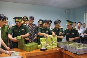 Bắt 3 người Lào vận chuyển 25 kg ma túy đá và 52 bánh heroin